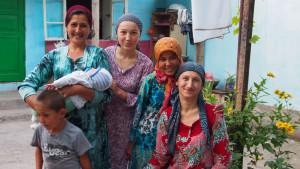 During my travel through Kyrgyzstan my first homestay was with a loving, well-spirited Uzbek family in the outskirts of Uzbekistan. - - - - - Az első kirgizisztáni estém Jalal-Abad külkerületében egy nagyon szegény de jókedvű és aranyszívű üzbég családnál telt.