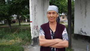In a small village after Jalal-Abad I was approached by Maria, the local English teacher, who came to greet me with a handful of chocolates and a Kyrgyz felt heart made by her daughter. The latter became my favourite accessory. - - - - - Az utolsó faluban megálltam egy buszmegállóban reggelit főzni, s a közelben lakó hölgy, Maria, aki egyébként a helyi angoltanár, csatlakozott hozzám beszélgetni. Hozott egy marék csokit és megajándékozott egy általa készített nemez szivecskével, ami a biciklim kedvenc dísze lett.