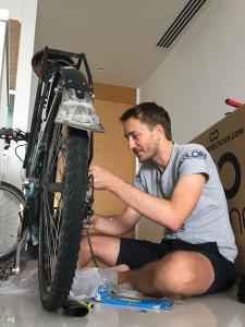 Jethro hosted me in his lovely home in Singapore, kept my kit safe while I was away and fixed many things... but my bike. :) - - - - - Jethro otthona lett a szingapúri bázisom, ő vigyázott a bicajomra, amíg én otthon nyaraltam, és nem csak segítséget kaptam tőle a folytatáshoz, de rengeteg inspirációt is.